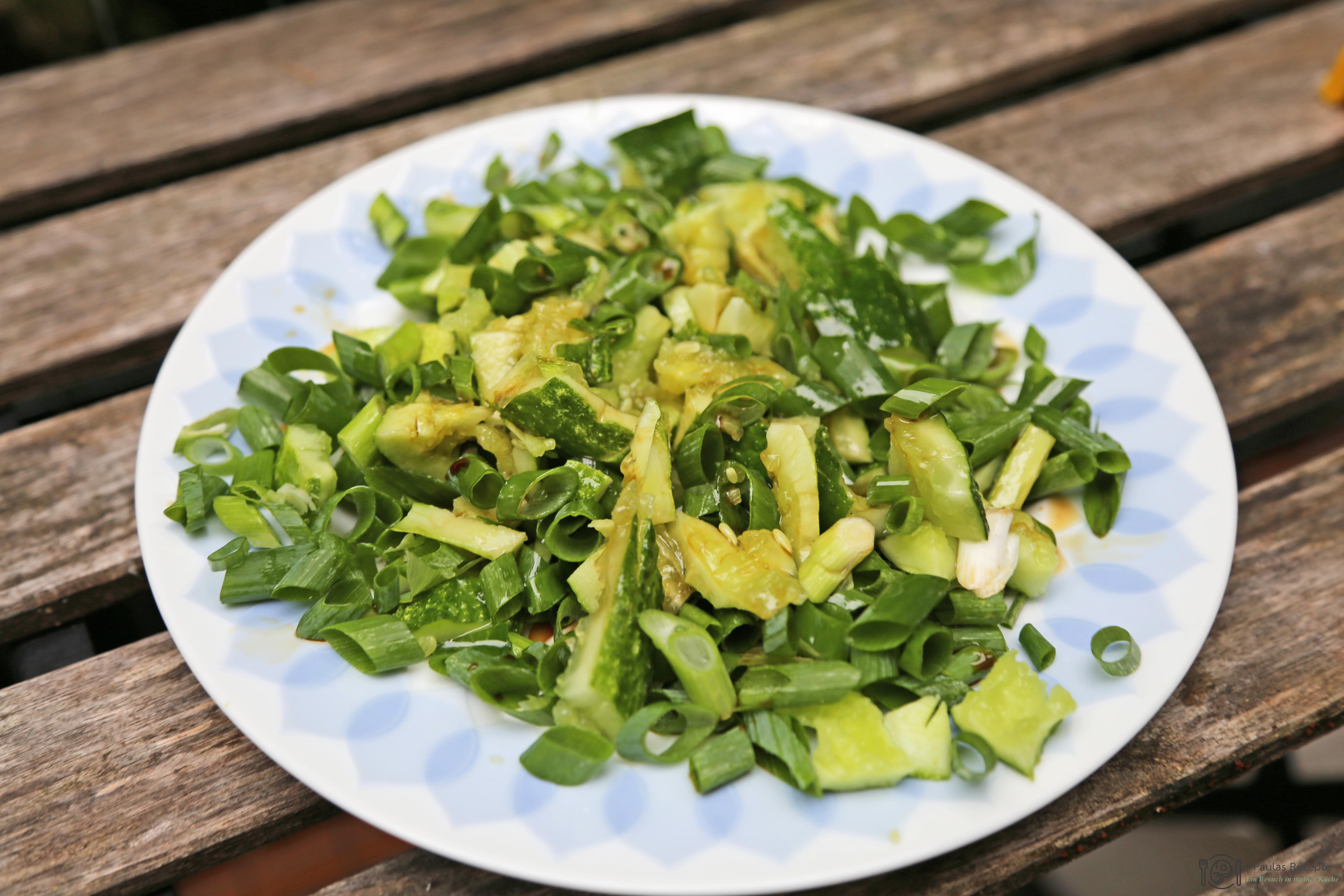 Chinesischer Gurkensalat aus geschlagenen Gurken